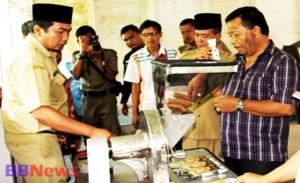Drs H Dahlan Hasan Nasution terlihat fokus melihat pengemasan Kopi Mandailing